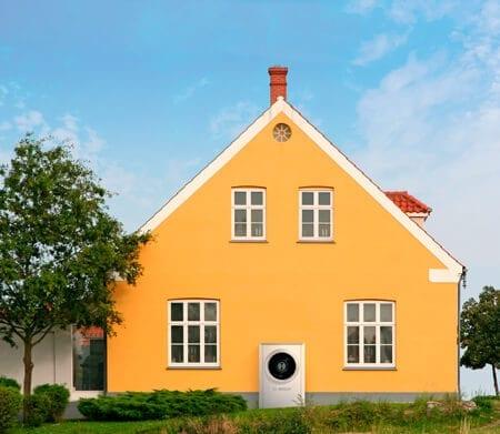 Bosch uden for et orange hus